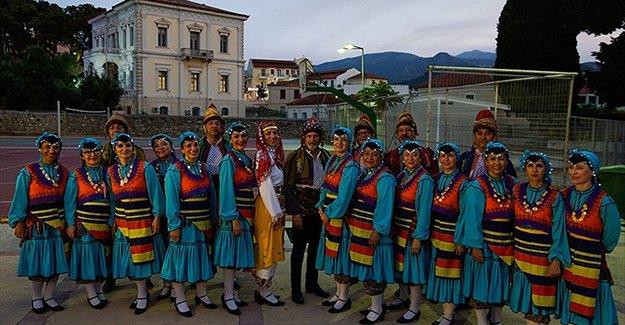 Çeyrek asırdır sahnede Türk kültürünü tanıtıyorlar