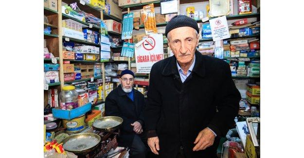 9 metrekarelik dükkanda üç çocuk okutup 65 yıl geçirdi